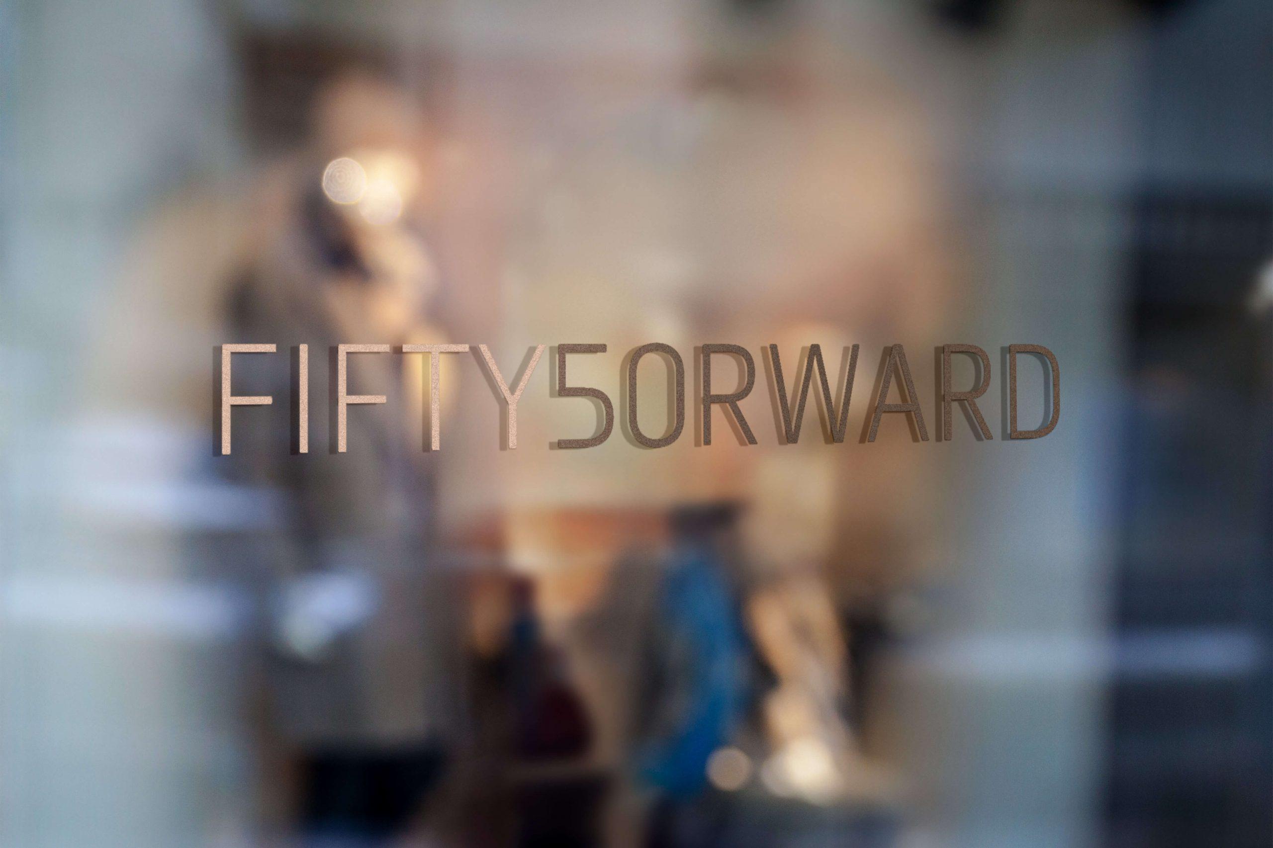 Logo av fiftyforward plassert på et vindu