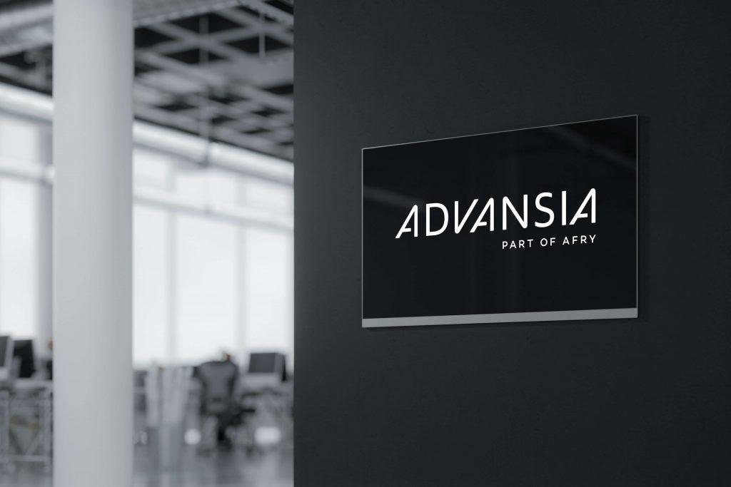 Grafisk profil for Advansia presentert på skjerm i kontorfellesskap